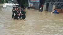 Bộ đội biên phòng giúp dân bị ngập lụt sơ tán