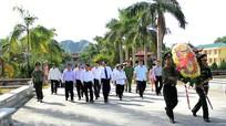 Chủ tịch Ủy ban Trung ương MTTQ Việt Nam dâng hương tại Nghĩa trang liệt sỹ Việt - Lào
