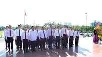 Ủy ban Kế hoạch, Tài chính và Kiểm toán Quốc hội Lào dâng hoa tại Quảng trường Hồ Chí Minh