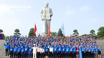 250 đại biểu thanh niên Nghệ An báo công với Bác tại Quảng trường Hồ Chí Minh