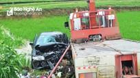 Xe 4 chỗ va chạm với xe cứu hộ, 7 người thương vong