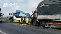 Tài xế xe tải gãy chân, phụ xe bị thương nặng sau cú đâm đuôi xe container