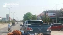 Xe máy lôi ra Quốc lộ va chạm xe bán tải, hai người bị thương