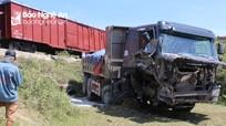 Nghệ An:  Băng qua đường ngang, xe ben chở đá bị tàu hỏa đâm văng xuống ruộng