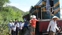 Nghệ An: Tàu hỏa đâm nát xe máy, người phụ nữ thoát chết hy hữu