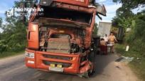 Xe đầu kéo đâm xe tải, một tài xế bị thương