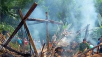 Ngôi nhà gỗ 2 gian cháy rụi nghi do chập điện