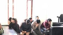 10 nam nữ rủ nhau vào vườn tràm đánh bạc ở Nghệ An