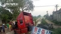 Xe đầu kéo 'bay' qua mương thủy lợi ở Quốc lộ 48, hai người bị thương