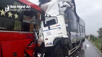 Xe tải đấu đầu xe khách trên đường tránh Vinh, phụ xe tử vong trong cabin