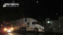 Húc bay 20m hộ lan cứng trên Quốc lộ 1A, xe container nát đầu