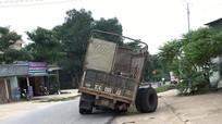 Xe tải đang chạy bị văng bánh làm sập tường nhà dân trên Quốc lộ 48A
