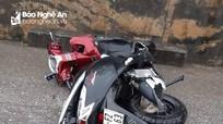 Xe máy rơi xuống cống bên Quốc lộ 1A, hai người thương vong