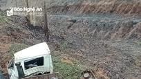 Ô tô chở máy cẩu rơi xuống vực ở Nghệ An