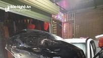 Xe ô tô một người dân ở TP Vinh bốc cháy, 2 xe cứu hỏa tới khẩn cấp dập lửa