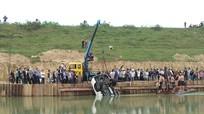 Ô tô bán tải lật nhào xuống sông ở Nghệ An
