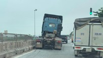 Xe đầu kéo va chạm xe bán tải rồi leo lên giải phân cách trên quốc lộ 1A