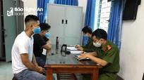 Xử phạt 2 người đàn ông ở Nghệ An đi xe máy ra đường không đeo khẩu trang