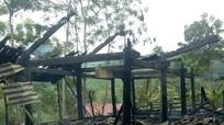 Một nhà sàn của người dân bị lửa thiêu rụi