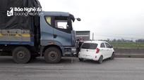 Xe con va chạm xe tải, văng xa gần 30m trên Quốc lộ 1A