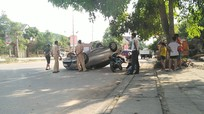 Thuê xe tự lái về quê, ô tô biển Hà Nội lật ngửa trên đường