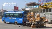 Tông vào đuôi xe buýt, một người đi xe máy phải nhập viện