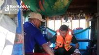 Cứu thuyền viên Nghệ An bị thanh sắt rơi vào đầu khi đang đánh cá trên biển