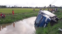 Mất lái, ô tô tải lật nhào dưới mương nước