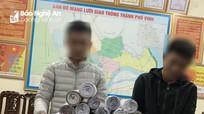 Nhóm học sinh ở thành phố Vinh cuốn pháo nổ mang đi bán