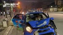 Taxi va chạm xe máy trên đường TP Vinh, một người bị thương nặng