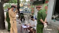 Nam thanh niên ở thành phố Vinh dương tính ma túy, lái xe vượt chốt khi bị cảnh sát kiểm tra