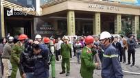 Cảnh sát dập lửa vụ cháy khách sạn 8 tầng ở thành phố Vinh