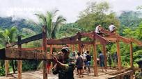 Bộ đội biên phòng Kỳ Sơn giúp các hộ dân di dời nhà cửa tránh lũ