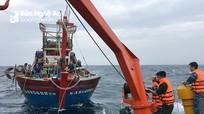Nghệ An: Lai dắt tàu cá cùng 16 ngư dân gặp nạn vào bờ