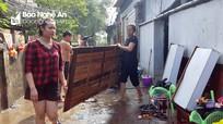 Người dân thành phố Vinh tất bật dọn nhà sau đợt ngập lịch sử