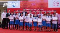Trao 15 suất học bổng cho học sinh nghèo ở Hưng Nguyên