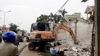 Diễn Châu giải tỏa các công trình kiên cố lấn chiếm trên Quốc lộ 1A