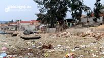 """Bãi biển Quỳnh Lập biến thành """"bãi rác"""""""