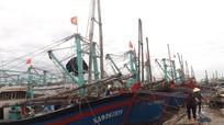 Tàu cá Quỳnh Lưu cùng với 17 ngư dân cập bến an toàn