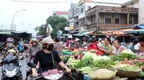 Vỉa hè nhộn nhịp, trong chợ đìu hiu khiến tiểu thương gặp khó