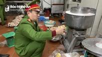 Nghệ An: Đột nhập cơ sở giò, chả lúc nửa đêm, phát hiện nhiều phụ gia Trung Quốc