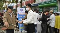 Đoàn Luật sư tỉnh Nghệ An phát hơn 1.000 khẩu trang miễn phí