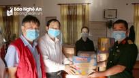 Lãnh đạo huyện Đô Lương tặng quà cho người cách ly phòng, chống  dịch Covid- 19