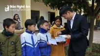 Báo Thanh tra trao quà cho học sinh xã Trung Sơn (Đô Lương)