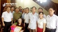 Các địa phương trao Huy hiệu Đảng cho đảng viên cao tuổi