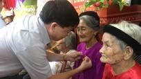 Phó Bí thư Tỉnh ủy Nguyễn Văn Thông trao Huy hiệu 65 và 70 năm tuổi Đảng tại Đô Lương