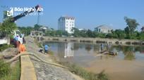 Công ty CP Cấp nước Nghệ An hút bùn thải ra khỏi hồ điều hòa để khắc phục hậu quả?