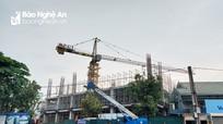 Cổng dự án bị niêm phong, Hoành Sơn vẫn lén lút mở rào cho công nhân làm việc