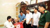Phó Bí thư Thường trực Tỉnh ủy Nguyễn Xuân Sơn thăm, tặng quà gia đình chính sách huyện Quỳnh Lưu