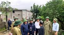 Đồng chí Nguyễn Văn Thông thị sát việc sơ tán dân vùng nguy hiểm ở huyện Hưng Nguyên